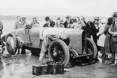 Period photo of the Blue bird team working on the car at Pendine in 1925 - carphile.co.uk